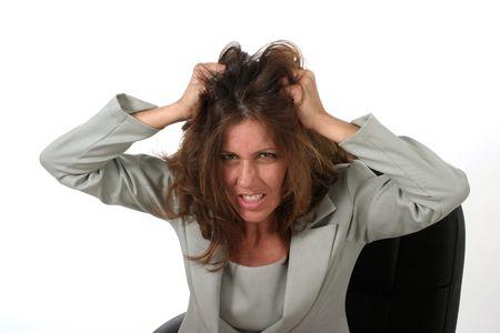 dentro fuera: Frustrado ejecutivo de negocios con una mujer con problemas de expresi�n sentado en su silla de oficina tirando de sus cabellos.  Foto de archivo