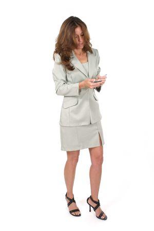 datos personales: Mujer de negocios atractiva usando un pda, ayudante personal de los datos, dispositivo que computa handheld.