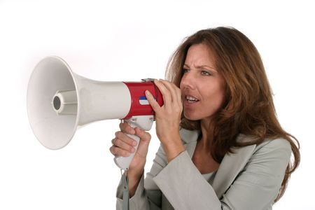 berisping: Aantrekkelijke jonge vrouw uitvoerende bedrijf maakt haar punt echt duidelijk met behulp van een megafoon. Stockfoto