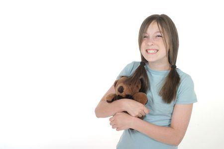 cheshire cat: Peque�a muchacha con la mueca grande, de Cheshire del gato, sonriendo y celebrando un oso del teddy. Tirado en blanco.