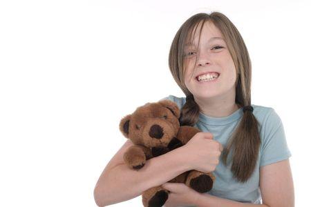 cheshire cat: Peque�a muchacha con la mueca grande, de Cheshire del gato, sonriendo y sent�ndose en el piso que sostiene un oso del teddy. Tirado en blanco.