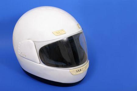 casco de moto: Blanco plena cara casco moto sobre fondo azul.  Foto de archivo