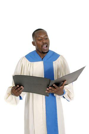coro: Hermoso coro masculino iglesia miembro del coro en la celebraci�n de una t�nica carpeta de m�sica y canto. Aislado en blanco.