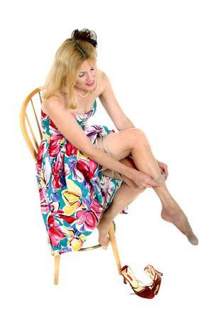 美しい装飾、中年の女性座って戻って彼女の髪に花と行く準備ができて。