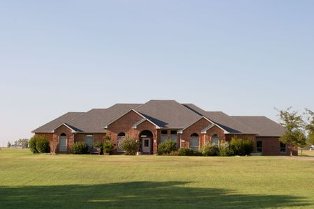 arcuate: Big spralling moderno stile ranch casa su diversi ettari in una zona rurale. casa con una bella miscela di luce e di colore bianco in pietra e mattoni, finestre ad arco e ingresso.