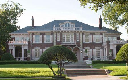 Los grandes de dos pisos casa de estilo colonial en una zona urbana ciudad zona residencial. hermosa casa con mezcla de luz y de color blanco, piedra y ladrillo, arcos y ventanas de entrada.  Foto de archivo - 565731