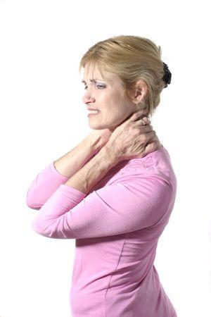 Mooie en aantrekkelijke medio jaren veertig vrouw met ernstige nekpijn wrijven haar nek met haar hand. Staand. Shot geïsoleerd op wit.