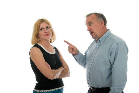 personas discutiendo: El hombre y la mujer argumentando.
