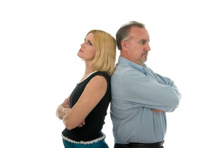 Man en vrouw terug naar terug in een argument.