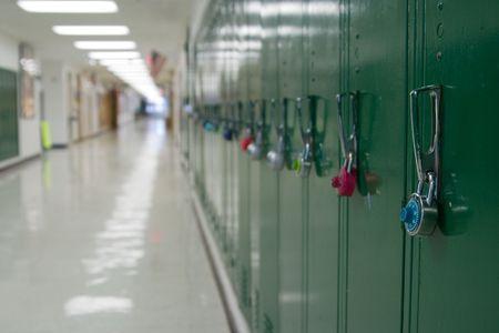 corridoi: Closeup vista di un blocco su una scuola spogliatoi con armadietti e la fila di vuoto e nel corridoio della scuola sfondo fuori fuoco dalla profondit� di campo.