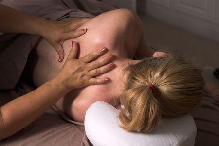 sportmassage: Mooie vrouw ontvangen ontspannende massage thuis Stockfoto