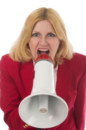 Aantrekkelijk en lachende jonge vrouw uitvoerende bedrijf om haar punt heel duidelijk met behulp van een megafoon.