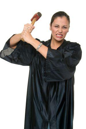 jurisprudencia: Hermosa mujer hispana juez en negro togas judiciales amenazan con un grimace tiene un trineo tirado real martillo dispuesto a administrar justicia.  Foto de archivo