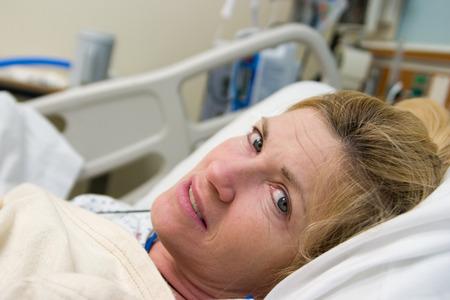 Close-up van de patiënt in het ziekenhuis bed na de operatie. Horizontale landschap geaardheid.