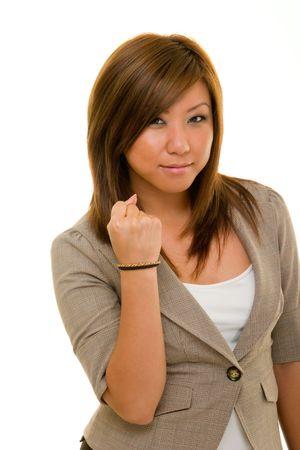 Angry jonge Aziatische vrouw in pak houdt haar rechterhand in een vuist.