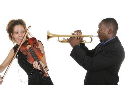 Due musicisti giocare gli uni con gli altri come sintonizzare i loro strumenti e prepararsi per un concerto.  Archivio Fotografico - 2154654