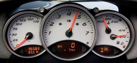 Instrumentenpaneel en toerenteller van een moderne high performance auto.