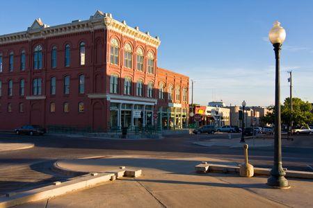 Zeer rustige dag in een typische Midwest klein plein met een nazomer middag zondag gieten lange schaduwen.