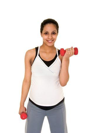 Mooie jonge Spaanse vrouw in een fitness workout met behulp van gewichten hand te houden zichzelf fysiek fit tijdens haar zwangerschap. Shot op een witte achtergrond.