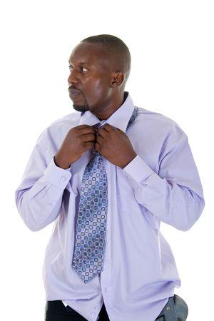 vistiendose: African American apuesto hombre de vestirse y la vinculaci�n un empate.