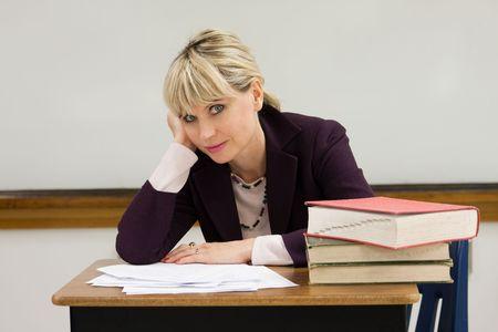 grading: Mujer profesor o instructor en un colegio, Universidad, escuela secundaria, escuela media, aula elemental cansado y cansado de clasificaci�n de documentos y el trabajo de la escuela.