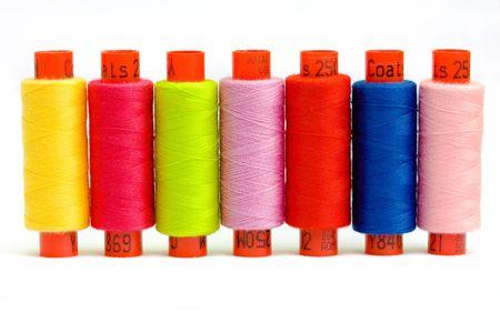 hilo rojo: Macro foto de bobinas de hilados de distintos colores Foto de archivo