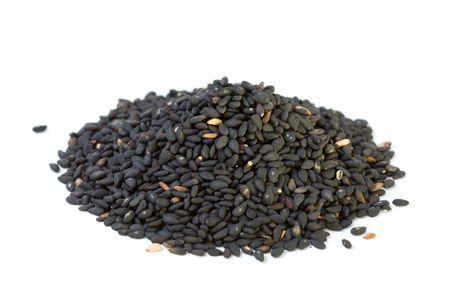 sezam: Nasiona sezamu czarny samodzielnie na biaÅ'ym tle ze Å›cieżkÄ… przycinajÄ…cÄ… Zdjęcie Seryjne