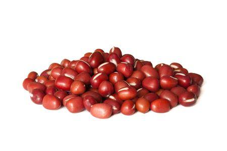 frijoles rojos: Pila de frijoles rojos aislados sobre fondo blanco