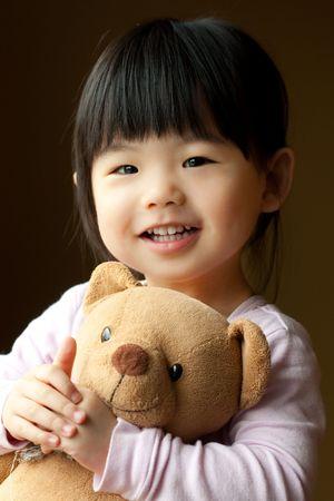 그녀의 손에 테 디 베어 들고 작은 아이 미소 스톡 콘텐츠 - 6743323