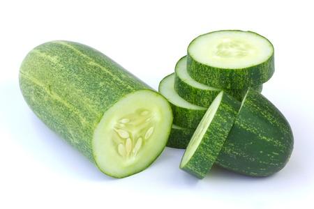 흰색 배경에 고립 된 녹색 오이