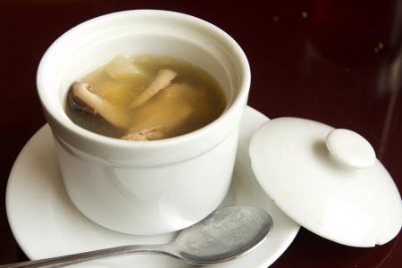 봉사 할 준비가 흰색 그릇에 전복 닭고기 버섯 수프