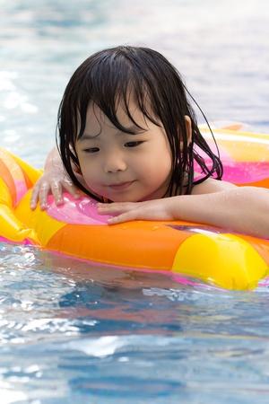 Meisje is plezier hebben in het zwembad Stockfoto