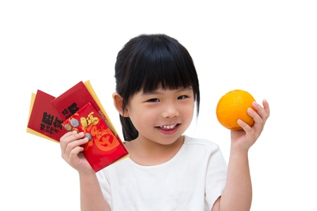 Schattig klein meisje met een oranje en rode pakketten met lachend gezicht
