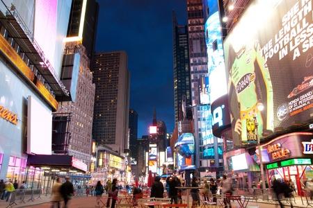 타임즈 스퀘어 뉴욕 시티, 미국 2010 년 5 월 9 일 - 최대 조명 된 간판 및 광고 모두 맨해튼 도시에 타임스 스퀘어의 밤 장면