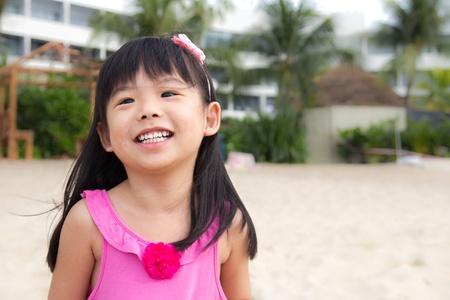 klein meisje op strand: Portret van een gelukkig kind meisje op het strand