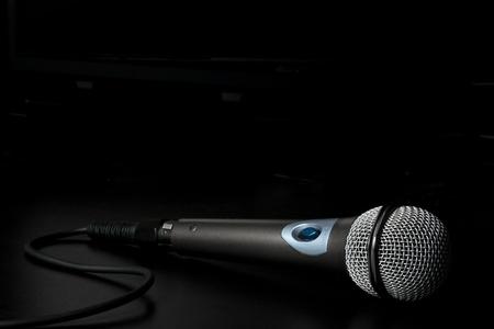 casting: Mikrofon mit Kabel �ber einen R�cken Hintergrund isoliert