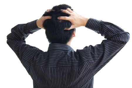 hoofdpijn: Gefrustreerde zakenman te zoeken met twee handen op het hoofd