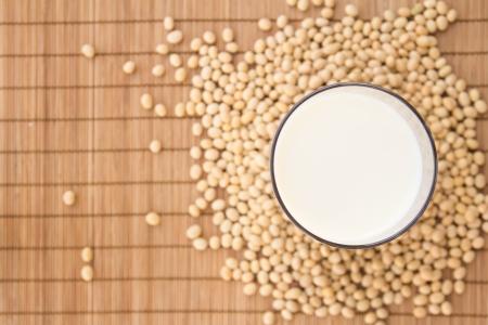 soja: Un verre de lait de soja vue de dessus entouré de fèves de soja