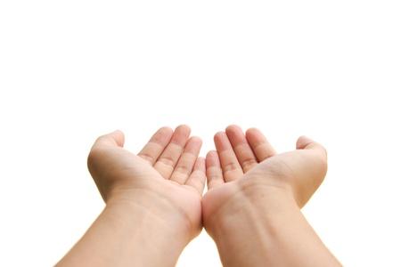 Twee open lege handen met de handpalmen omhoog, op een witte achtergrond