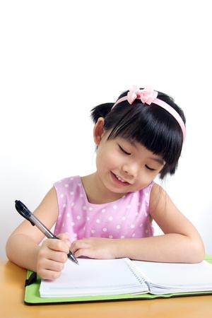Klein kind aan het doen is haar huis werk met lachend gezicht Stockfoto