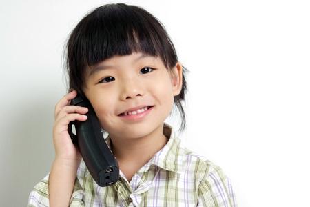 calling: Peque�o ni�o hablando en el tel�fono m�vil Foto de archivo