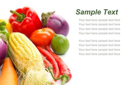 planta de frijol: Las verduras frescas mixtas aisladas sobre fondo blanco con el espacio vacío para el texto