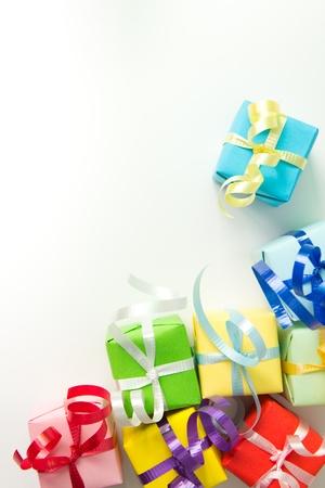 Multi kleur geschenk dozen met lint geà ¯ soleerd op witte achtergrond