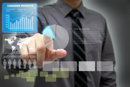 dotykový displej: Podnikatel analyzovat finanční data na virtuální obrazovce rozhraní