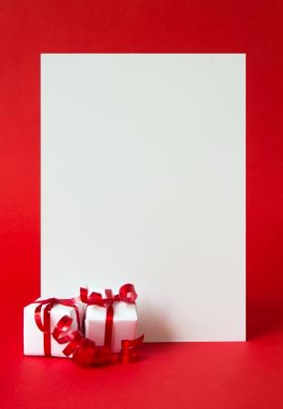 Twee verpakte geschenken vertegenwoordigen kerst thema, met een lege witte kaart voor tekst Stockfoto