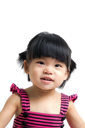흰색 배경에 고립 된 작은 아시아 아기 아이 소녀의 초상화