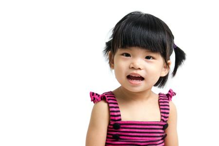白い背景で隔離の小さなアジアの赤ちゃん子供女の子の肖像画