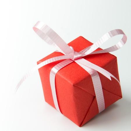 cadeaupapier: Red geschenk doos met roze kleur lint geïsoleerd op witte achtergrond