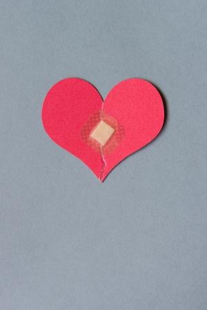 corazon roto: Corazón roto combinado con un vendaje plaza Foto de archivo