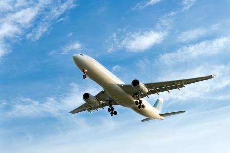 takeoff: Passeggero di atterraggio aereo contro il cielo nuvoloso blu